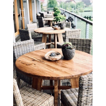 Masivní stůl kulatý